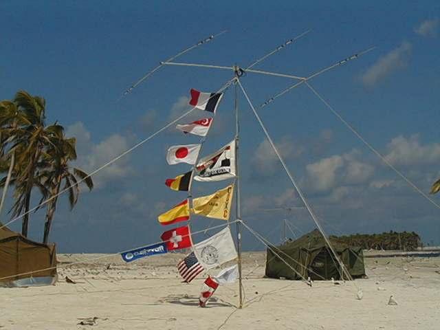 la tenda della stazione CW e le antenne di FO0AAA sulla spiaggia di Clipperton Island